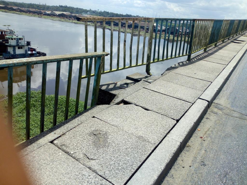Collapsing rail at centre of Udu bridge. Credit: BIGPEN PHOTO